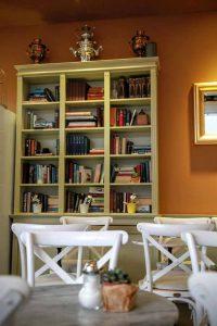 Bücherregal im Innenbereich vom Cafe Haus Koch