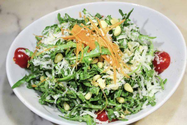 Mix Salat - Rucola, Cherrytomaten, Pinienkerne und Parmesan