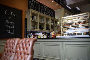 Tresen und Vitrine vom Cafe Haus Koch
