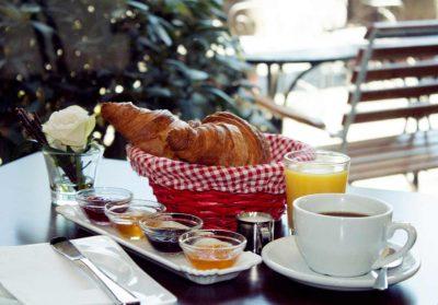 Französisches Frühstück - Croissant, Marmelade, Kaffee und Orangensaft