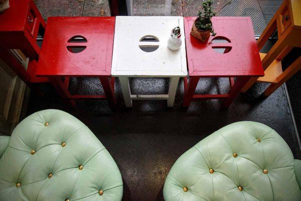 Sitzgelegenheiten - Grüner Stuhl an Roten und Weissen Tisch