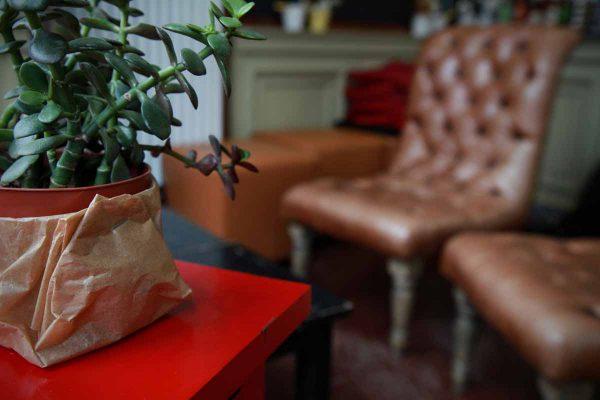 Sitzbereich vom Cafe Haus Koch mit Tischdekoration